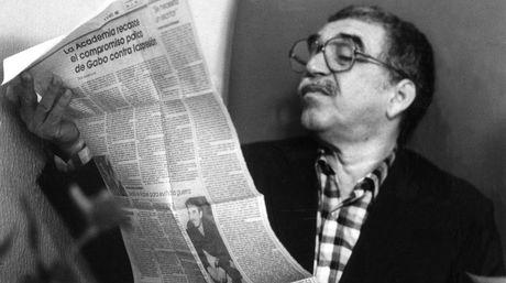 Gabo leyendo un periódico