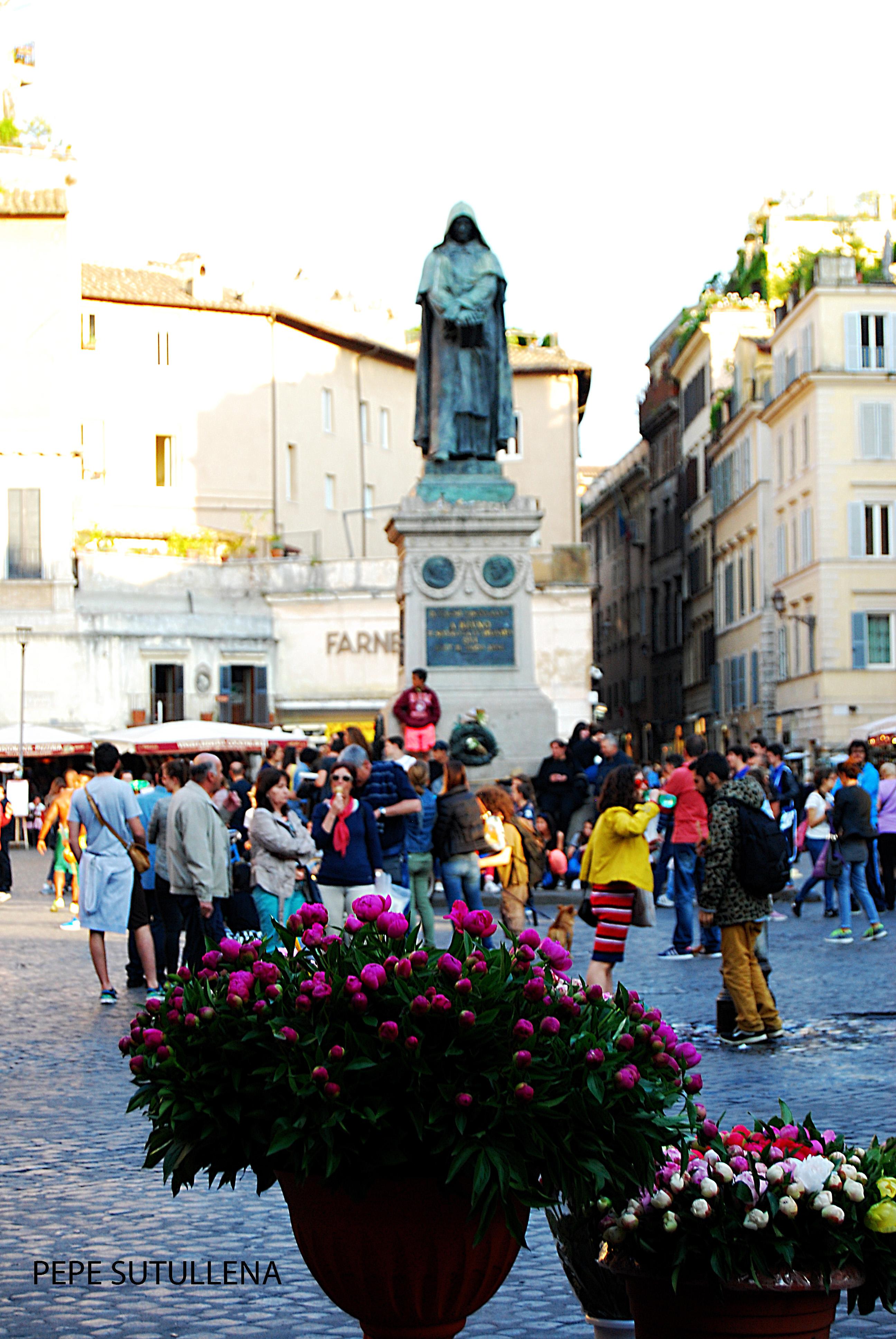 Un puesto de flores frente a la estatua de Bruno