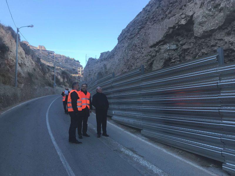 Paneles contra posibles desprendimientos de la ladera y la muralla en la carretera de La Parroquia