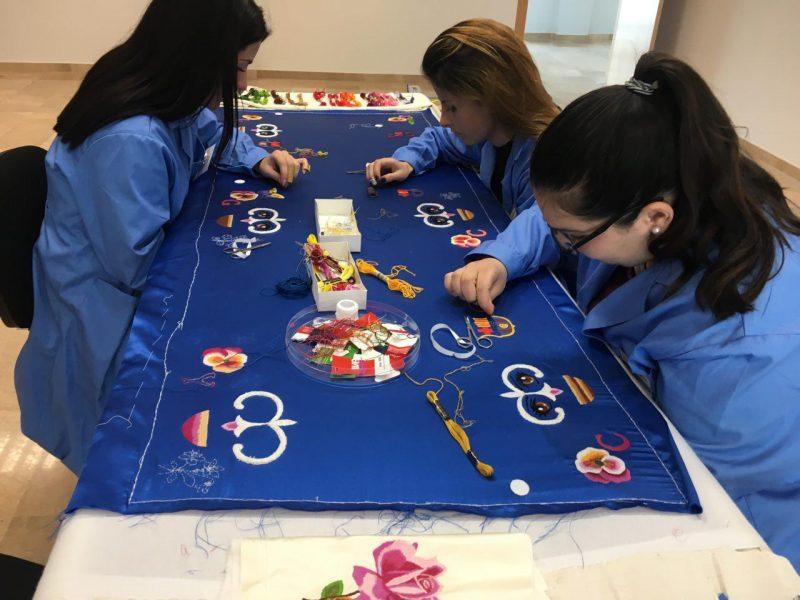 Jóvenes desempleados participan en talleres de Bordado y Arreglos en textil y piel