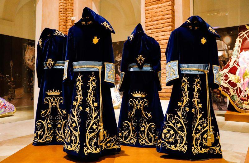 El Paso Azul estrena las túnicas de los portadores de los estandartes de San Juan y Magdalena
