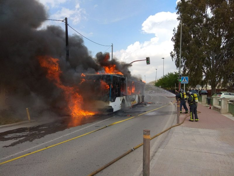 Arde por completo un autobús urbano de la línea Campillo – Santa Quiteria