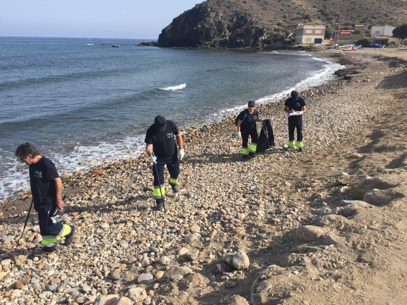 Desempleados lorquinos realizan tareas de limpieza en las playas de Puntas de Calnegre