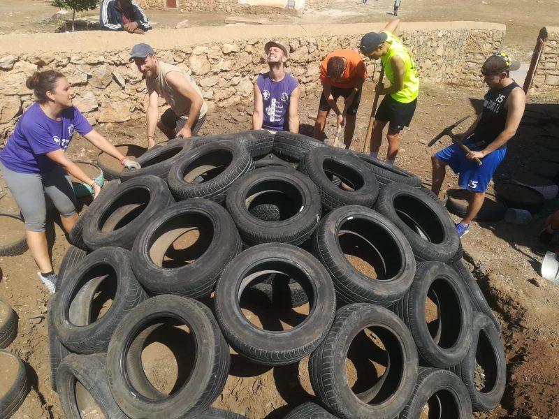 Scouts lorquinos participan en la construcción de un parque infantil en una pequeña aldea de Marruecos