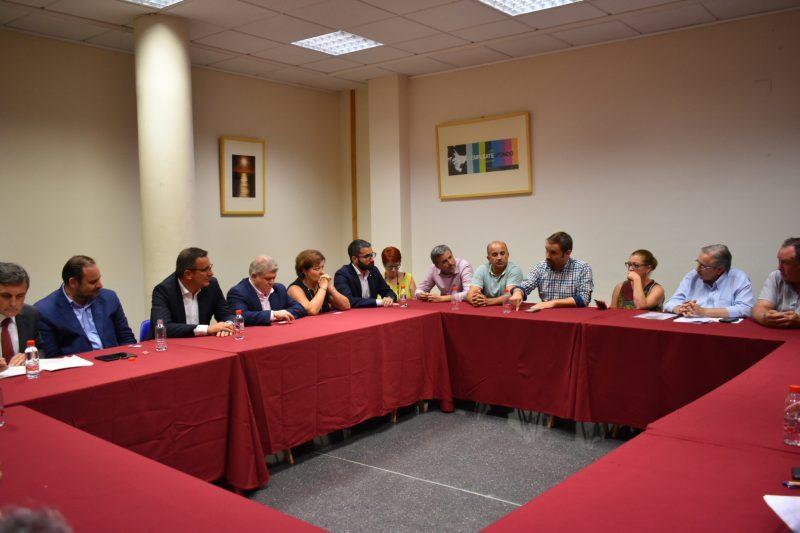 Afectados por la devolución de las ayudas del terremoto se reúnen con el ministro de Fomento
