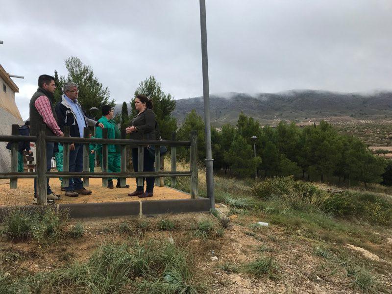 Beneficiarios del Programa de Fomento de Empleo Agrario mejoran las zonas verdes del mirador del depósito de La Paca