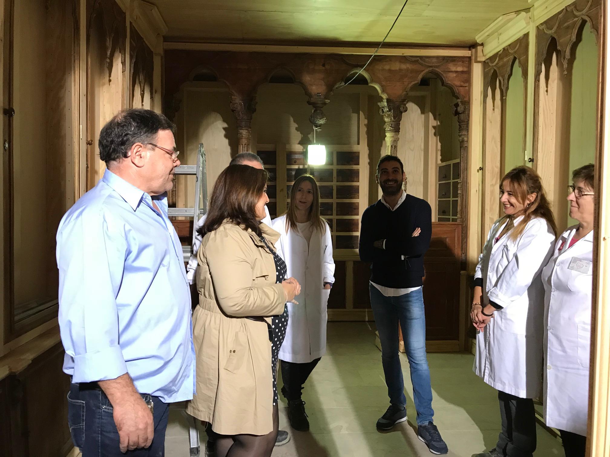 Comienza el montaje de la histórica farmacia lorquina de Sala Just en el Palacio de Guevara