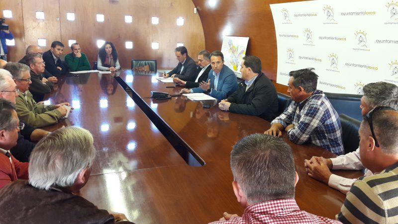 """Los vecinos piden """"pasos soterrados"""" en los caminos de Enmedio y Villaespesa"""