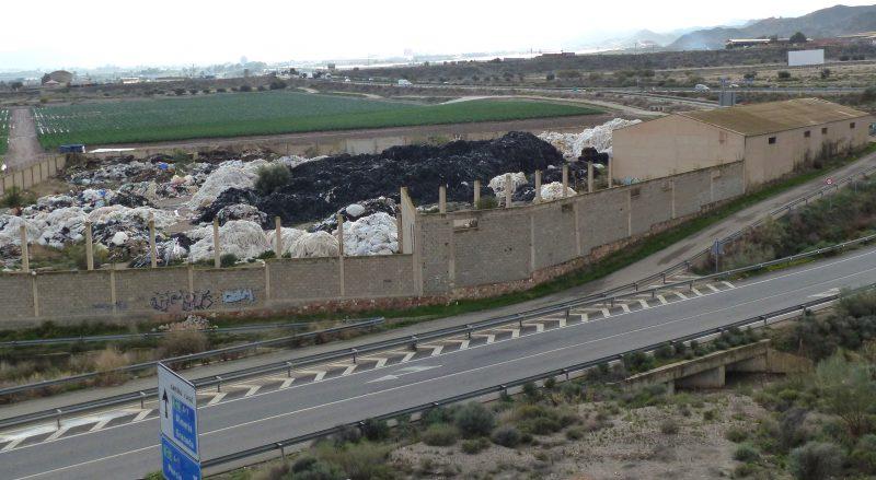 IU alerta de «un vertedero ilegal de residuos plásticos» junto al hospital Rafael Méndez