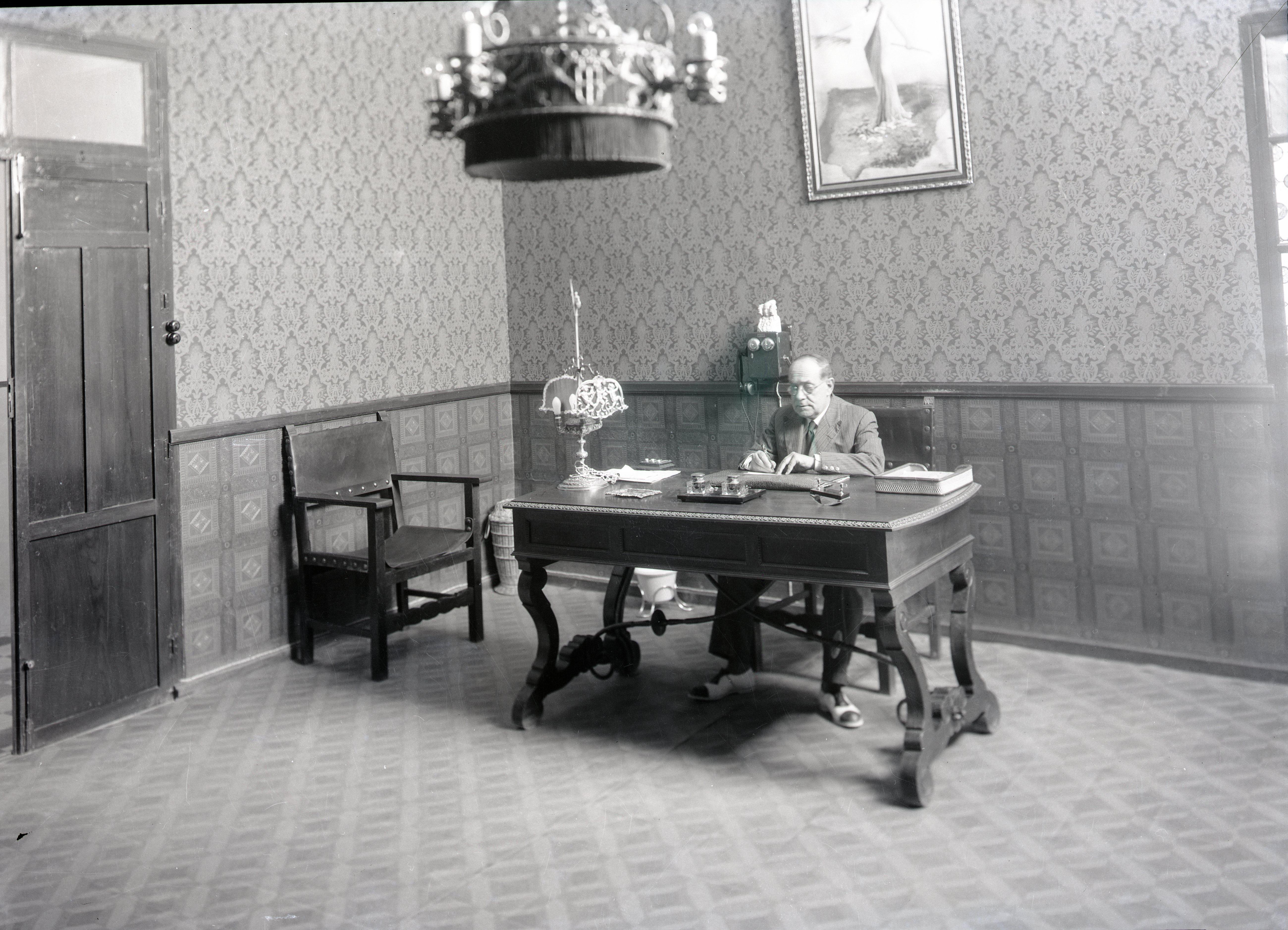 Don José Pascual en su despacho de dirección del viejo Instituto, hacia 1935 (Men-chón-AML).